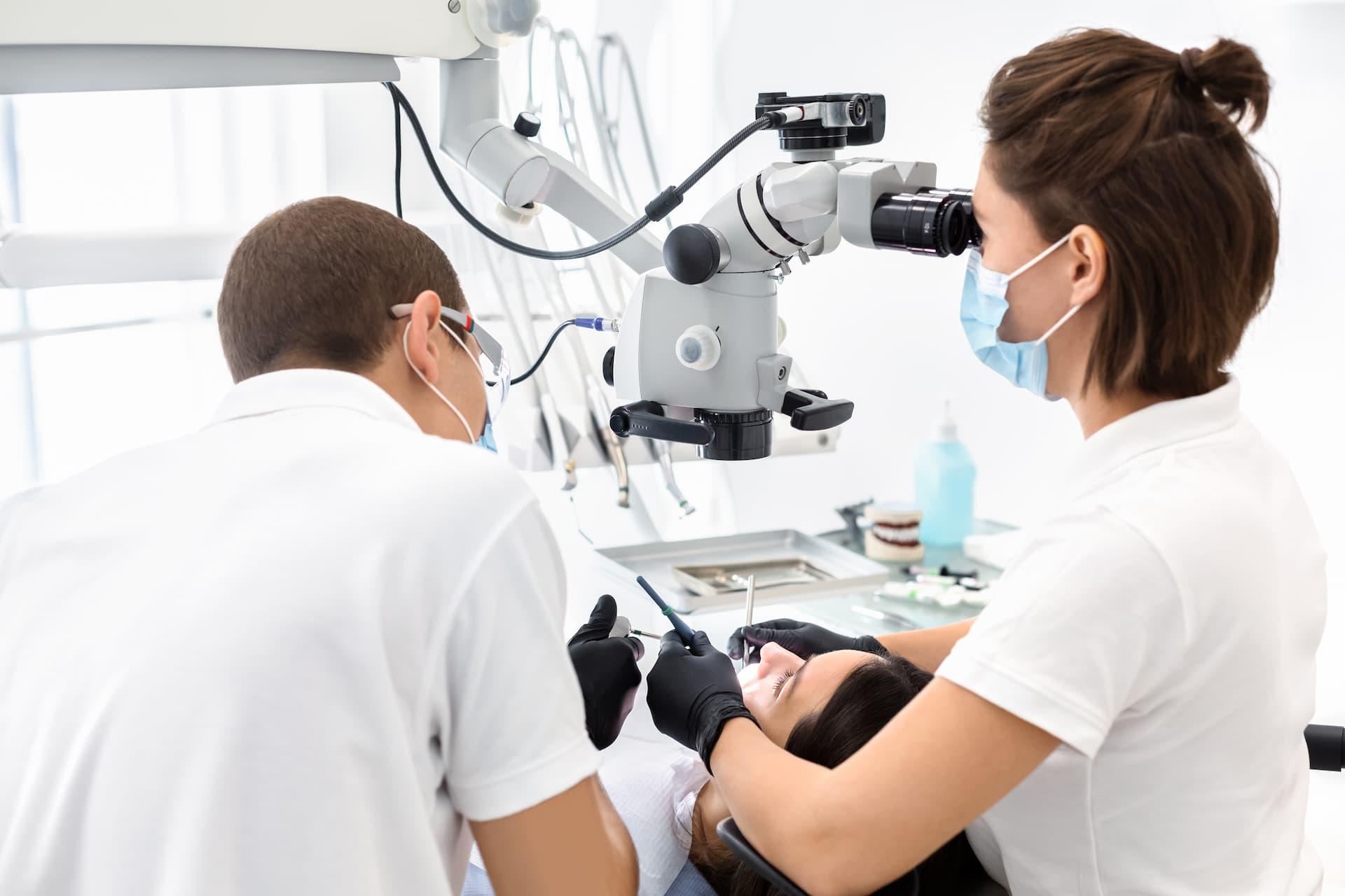https://osemdental.com/wp-content/uploads/2021/01/Korenovo-lechenie-pod-mikroskop-two-dentists-making-treatment-in-modern-dental-cli-J29396U.jpg